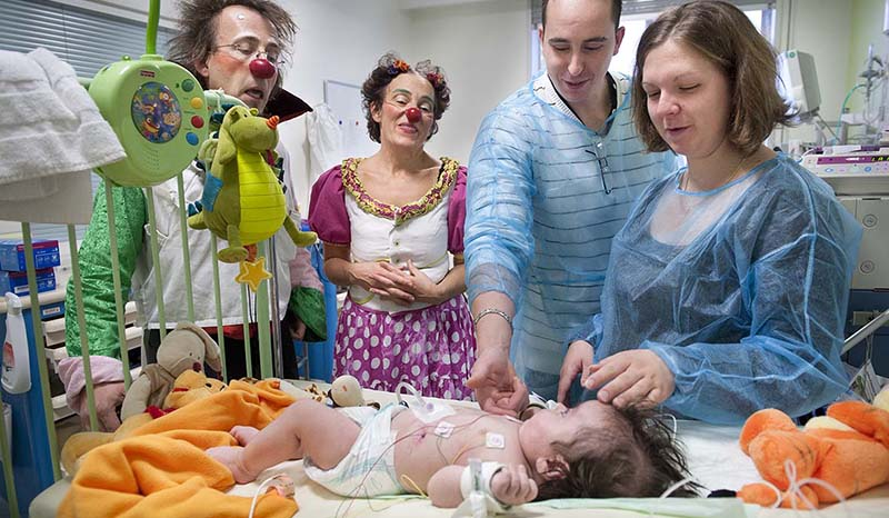 enfant parents clowns hopital